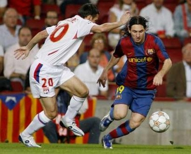 2011 messi_vs_reveillere.jpg